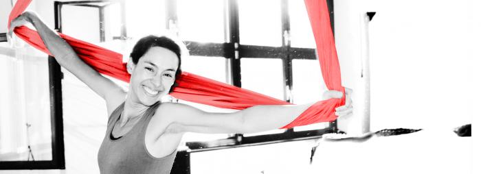 Aerial Yoga Lehrerin Liliana Polanco mit Yogatuch