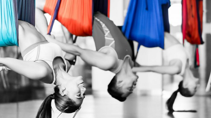 Aerial Yoga Rückbeuge im Yogatuch drei Personen