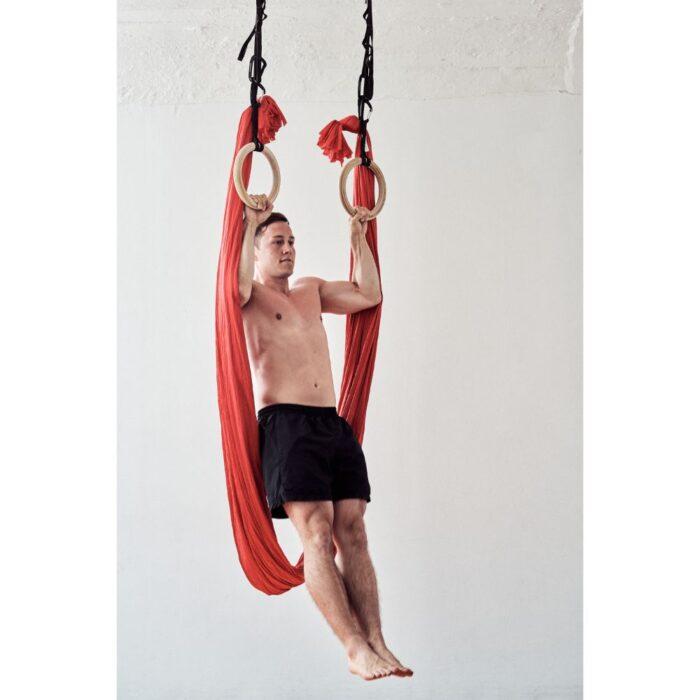 aerial-yoga-fitness-tuch-mann-im-klimmzug-an-turnringen