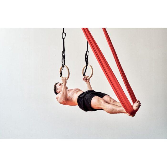 aerial-yoga-fitness-tuch-mann-im-turnringen-und-tuch-rückenliegend