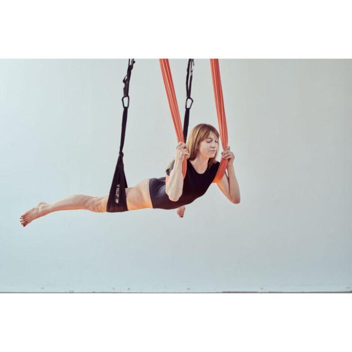 aerialyoga-wellnesstuch-frau-bauchliegend-in-tuch-und-beinschlaufen