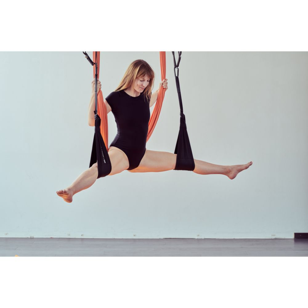 aerialyoga-wellnesstuch-frau-in-spagat-in-beinschlaufen