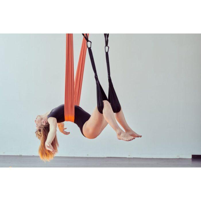 aerialyoga-wellnesstuch-frau-rückenliegend-intuch-und-beinschlaufen